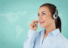 Agent biura podróży z słuchawki przeciw zielonej mapie Zdjęcie Royalty Free