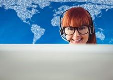 Agent biura podróży za komputerem przeciw mapie z chmurami i błękitnym tłem Obraz Stock