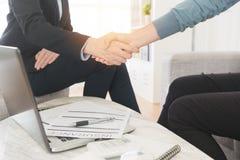 Agent d'assurance vendant l'affaire réussie de plan Photo stock