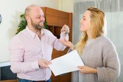 Agent daje żeńscy klucze Zdjęcie Royalty Free