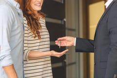 Agent daje kluczom kobieta Zdjęcie Royalty Free