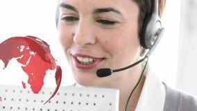 Agent de centre d'appel clouant heureusement à un client de l'étranger clips vidéos