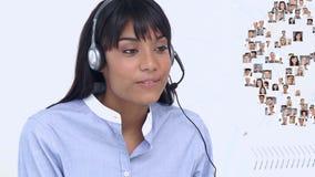 Agent de centre d'appel parlant aux clients multiples clips vidéos