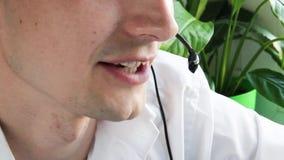 Agent de centre d'appels parlant à un client clips vidéos