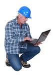 Agent de maîtrise de construction embrassant la technologie Photo stock