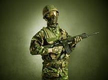 Agent de soldat dans un espace fonc? avec des bras images stock