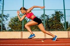Agent die naar succes op looppasweg sprint die atletisch spoor in werking stelt Het concept van de doelvoltooiing Stock Foto's