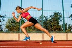 Agent die naar succes op looppasweg sprint die atletisch spoor in werking stelt Het concept van de doelvoltooiing royalty-vrije stock fotografie