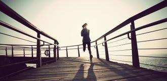agent die op kustpromenade tijdens zonsopgang loopt Royalty-vrije Stock Afbeeldingen