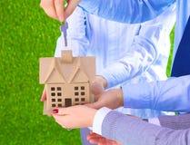 Agent dla własności z kluczem i domem pomyślnego leasingu domowe sprzedaże agentami nieruchomości Obrazy Stock