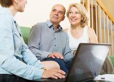 Agent féminin de écoute de couples mûrs Images stock