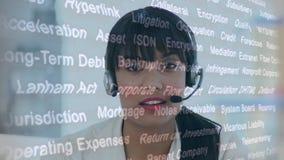 Agent femelle de centre d'appel et mots aléatoires banque de vidéos