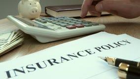 Agent het berekenen kosten van verzekeringspolis stock videobeelden
