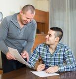Agent i klient z dokumentami w domu Zdjęcie Stock
