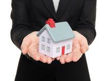 Agent immobilier affichant la petite maison/à la maison réels Photos stock
