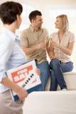 Agent immobilier avec célébrer des couples Image libre de droits
