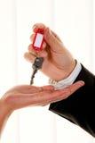 Agent immobilier avec une clé de maison image libre de droits