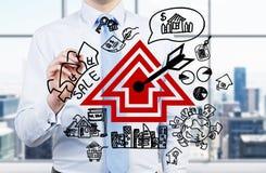 Agent immobilier dessinant les immobiliers Photos libres de droits