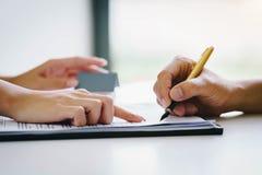 Agent immobilier dirigeant le doigt sur l'apparence de document où signer image libre de droits