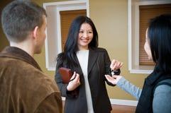 Agent immobilier donnant la clé Images stock