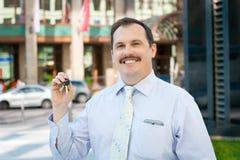 Agent immobilier donnant les clés Image stock