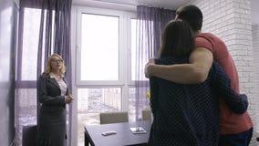 Agent immobilier femelle montrant l'appartement aux couples banque de vidéos
