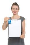 Agent immobilier femelle retenant la planchette blanc et les clés photos stock