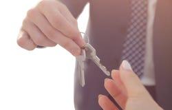 Agent immobilier Giving House Keys à la personne photographie stock