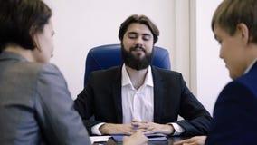 Agent immobilier L'agent immobilier a avec succès fait l'affaire Le vrai agent immobilier fait affaire avec des clients et après  banque de vidéos