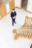 Agent immobilier masculin regardant autour de la nouvelle propriété vide Images stock