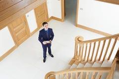 Agent immobilier masculin regardant autour de la nouvelle propriété vide Photographie stock libre de droits