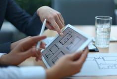 Agent immobilier montrant des plans de maison Images libres de droits