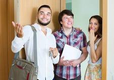 Agent immobilier montrant le nouvel appartement aux couples merried Images stock