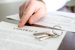 Agent immobilier montrant un contrat Photos stock