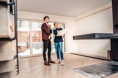 Agent immobilier professionnel indiquant au sujet des caractéristiques de la maison images libres de droits