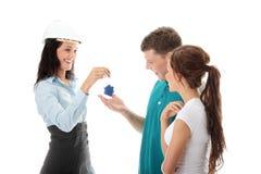 Agent immobilier réel et jeunes couples Photographie stock