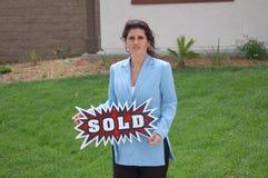 Agent immobilier réel - signe vendu Images stock