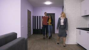 Agent immobilier supérieur montrant la nouvelle maison pour des couples banque de vidéos