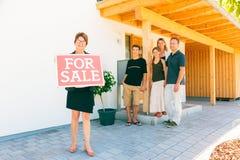Agent immobilier vendant une maison images libres de droits