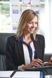 Agent immobilier Working At Desk dans le bureau photos libres de droits