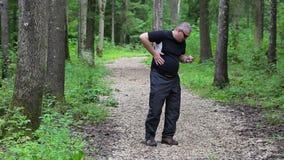 Agent met epigastrische pijnvraag op telefoon in bos stock video