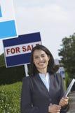 Agent nieruchomości blisko dla sprzedaży podpisuje portret Zdjęcie Royalty Free