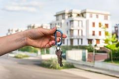 Agent nieruchomości daje domów kluczom nowy właściciel posesji Fotografia Royalty Free