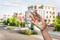 Agent nieruchomości daje domów kluczom nowy właściciel posesji Obrazy Royalty Free