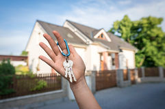 Agent nieruchomości daje domów kluczom nowy właściciel posesji Zdjęcie Royalty Free