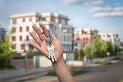 Agent nieruchomości daje domów kluczom nowy właściciel posesji Obrazy Stock