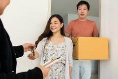 Agent nieruchomości daje domowemu kluczowi właściciel Zdjęcia Stock