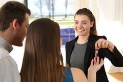 Agent nieruchomości daje domowym kluczom po sprzedaży Obrazy Royalty Free
