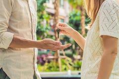 Agent nieruchomości daje kluczom mieszkanie właściciel, kupuje sprzedawanie Zdjęcie Stock