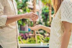 Agent nieruchomości daje kluczom mieszkanie właściciel, kupuje sprzedawanie własności biznes Zakończenie up męska ręka bierze dom Zdjęcie Stock